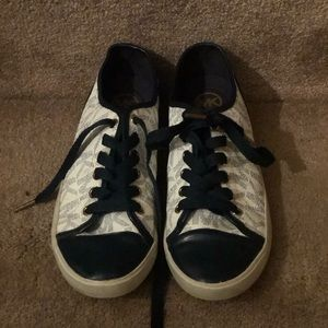 MICHAEL KORS-NAVY/OFF WHITE SIGNATURE LEISURE SHOE